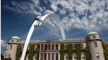 梅赛德斯标志着史诗般的古德伍德雕塑120年