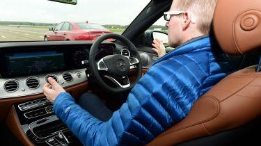 不同级别的自主汽车技术令人困惑的是驾驶者表示保险公司