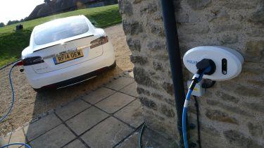 电动汽车充电点安装在每个新的家中