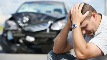 每周24辆车撞到了坚硬的肩膀上的固定车