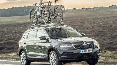 新的斯柯达卡罗克骑行者搭配骑自行车者的概念汽车有自己的洗衣机