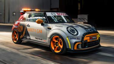 新型迷你电动PACESETTER作为公式E的安全车
